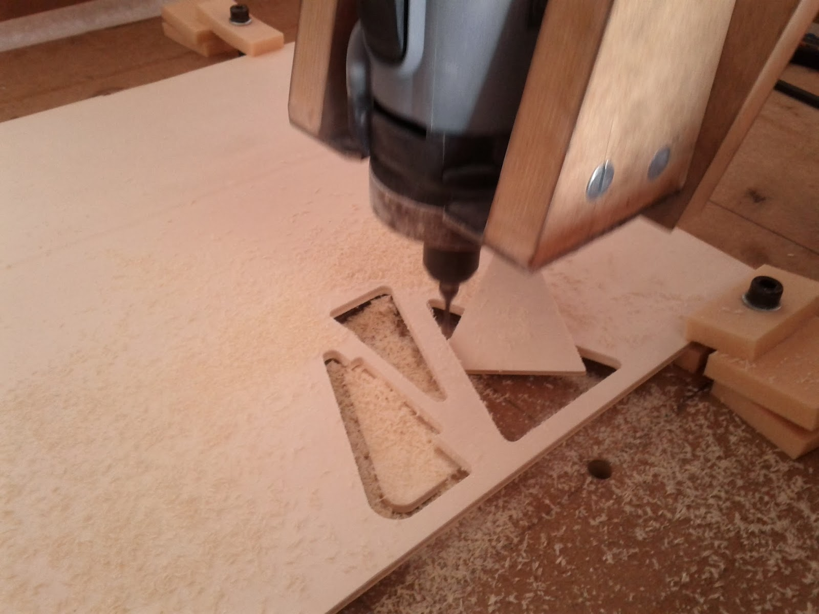 Cortar planchas de madera y carbono con un cnc o3ozono for Cortar madera con radial